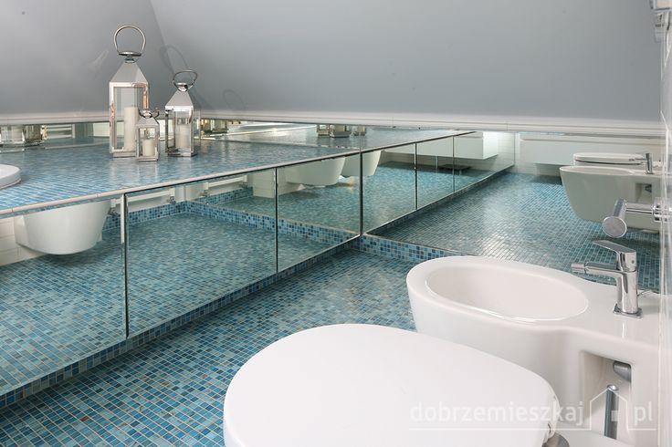Łazienka której charakteru eleganckiej świeżości nadaje turkusowo- błękitna podłoga, lustra ,lampiony oraz biel ścian i ceramiki
