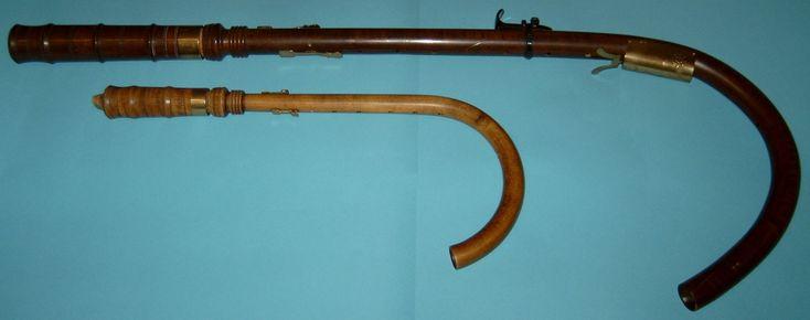 """CROMORNO (Bajo en Fa, Alto en Fa) El cromorno o cromcorno es un instrumento musical aerófono que fue popular durante el Renacimiento. Durante el Siglo XX se produjo un renovado interés en la Música antigua, por lo que el instrumento comenzó a ser utilizado nuevamente.  Su nombre viene del alemán Krummhorn,[1] que significa """"cuerno (-horn) curvo (Krumm-)"""".  El cromorno es un instrumento de lengüeta encapsulada. Su estructura es similar a la del tubo de una gaita. Una doble lengüeta está…"""