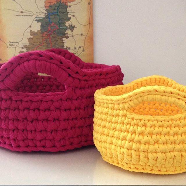 Cestos maravilhosos indo para casa nova! #handmade #fiodemalha #crochet #croche #tshirtyarn #trapillo @fiosguarani