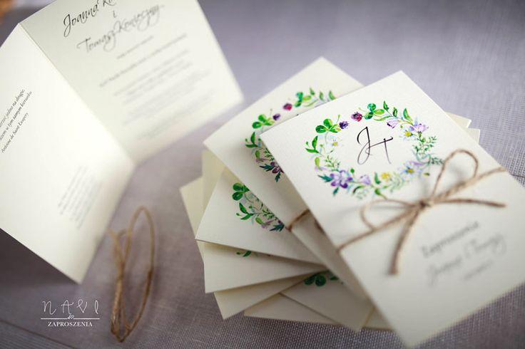 Delikatnie z wiosennym wiankiem 🌾#zaproszenia #zaproszeniaslubne #wianek #wiosna #wreath #sznurek  zaproszenianavi.pl