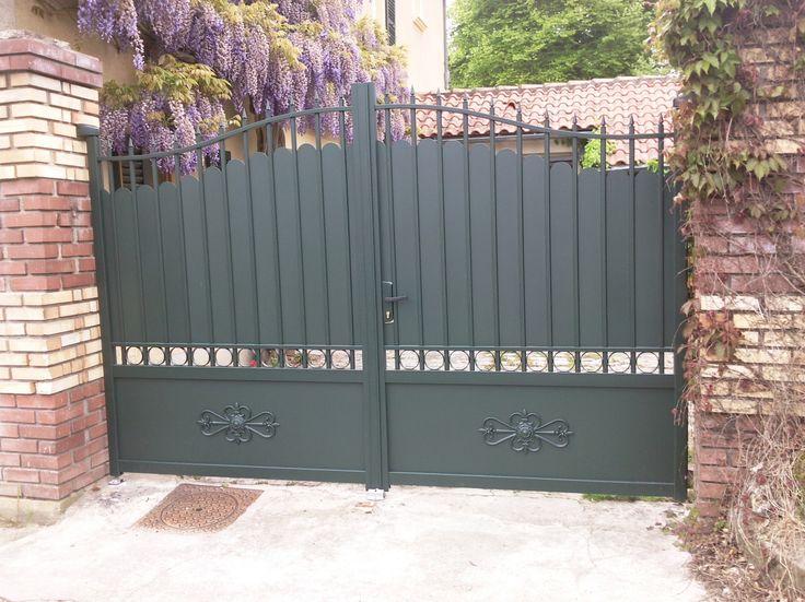 Un portail aluminium au style traditionnel