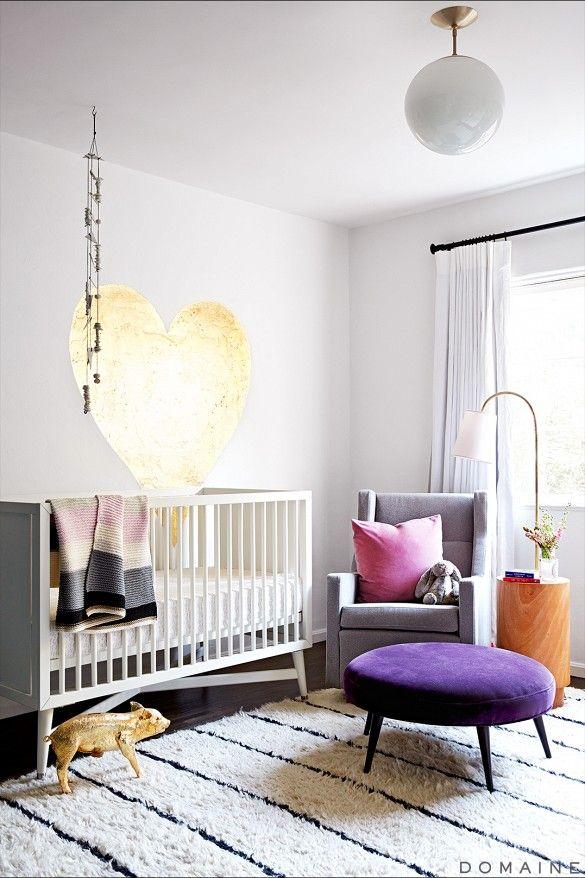 """I barnrummet vågar man ofta ta ut svängarna mer – prova att göra tvärtom! En """"vuxnare"""" matta lugnar intrycket av de färgglada leksakerna, och kan hänga med när barnet växer."""
