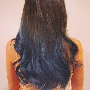 Mezcla marrón oscuro y azul marino para una combinación maravillosamente tempestuosa… | 35 maneras discretas de añadir color a tu cabello