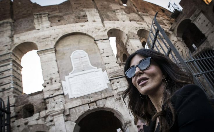 Serata di gala per il restauro del Colosseo. Tra gli invitati tanti gli esponenti del mondo della politica. Tra questi Matteo Renzi accompagnato dalla moglie