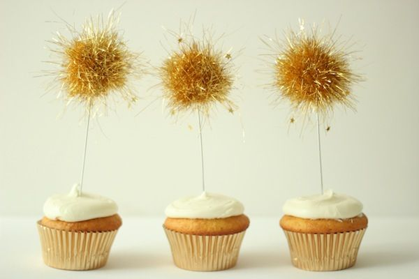 Adornos para cupcakes hechos con espumillón y confeti / Cupcake decoration made with tinsel and confetti: Cupcakes Decor, Cupcakes Sparklers, Cupcakes Toppers, 4Th Of July, Cupcake Decorations, New Years Eve, Pom Pom, Sparklers Cupcakes, Cupcake Toppers