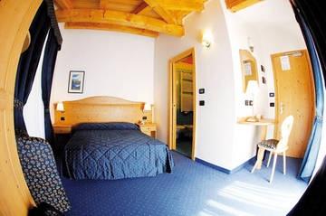 Camera Standard. È una camera matrimoniale elegantemente arredata, luminosa con letto alla francese, senza possibilità di letti aggiunti.    DOTATA DI:  - balcone  - bagno con doccia e phon  - cassaforte  - WI-FI  - telefono e TVColor.