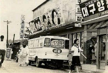 [옛날 사진첩] 50-60년대 1960년대로 추정되는 서울 남대문시장 근처 길거리 간판 모습. 한자와 영문이 뒤섞인 한글간판 글씨체가 이채롭다. 1960년대 구멍가게 1950년대 추석특별프로 징기스칸을 상영하는 극장간판 모습이 정겨웁다 19