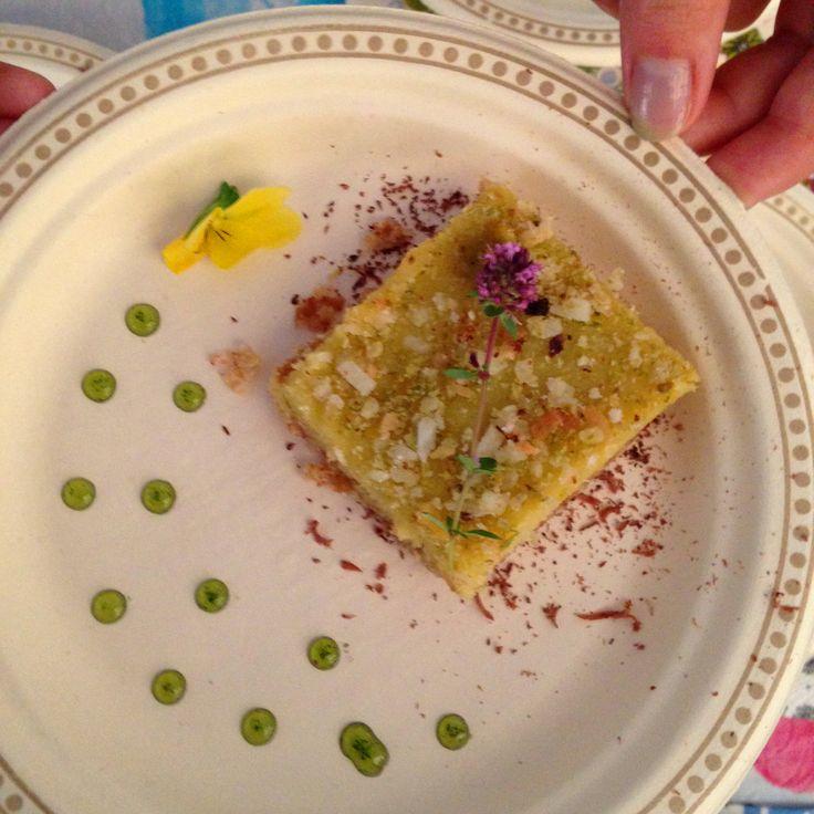 Si vous êtes de passage à la Foire Gourmande de l'Abitibi-Témiscamingue et du Nord-Est Ontarien ce week-end, venez nous voir et déguster cette délicieuse recette #sansgluten d'une gracieuseté du restaurant Windsor: carré lime et coco structuré sur une croûte de flocons de sarrasin surmonté de son concassé de pistache et accompagné d'un sirop de basilic frais.