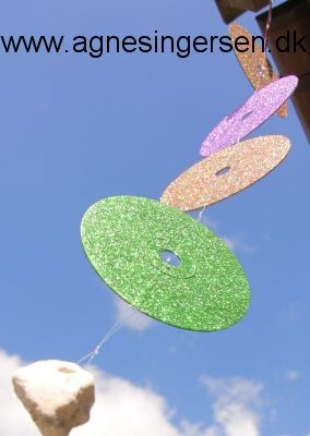 Den glimtende uro har jeg lavet fordi Natalie efterlyste ideer til pynt til legepladsen hvori gamle cder indgik :) Jeg kommer med flere ideer til pynt på legepladsen med cder de næste uger :) Vejledningen til uroen finder du lige her: agnesingersen.dk/... :) #kreativmedbørn #diy #childrencraft #kidscraft #kidsprojekt #craftsforkids #genbrug #cder