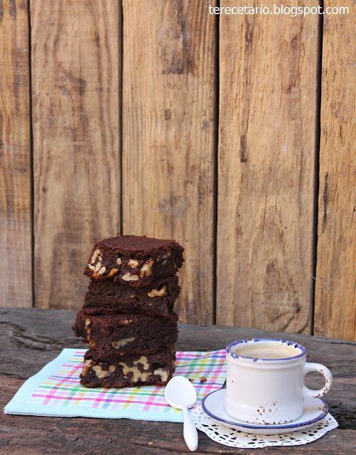 BROWNIE DE CHOCOLATE Y NUECES Ingredientes: 225 gr. de mantequilla 375 gr. de chocolate negro 3 huevos 300 gr. de azúcar extrafina 1 cucharadita de esencia de vainilla 225 gr. de harina 4 cucharadas de cacao en polvo 200 gr. de nueces