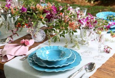 Louça delicada, coelhinhos, ninhos e ovinhos para uma Páscoa especial. Para alegrar muitas rosas coloridas e um arranjo divino preparado na sopeira de prata.