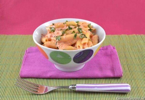 [introduzione] Le penne al baffo sono un primo piatto velocissimo, giusto il tempo di cuocere la pasta, perchè il condimento si prepara in un lampo. Il sughetto, a base di panna e passata di pomodoro,