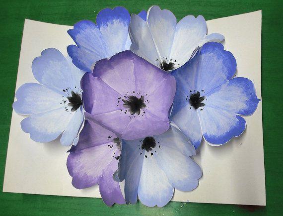 Festa della mamma biglietto fiori tridimensionali viola e blu in acquerello origami ritagliati e dipinti a mano composizione floreale in 3D