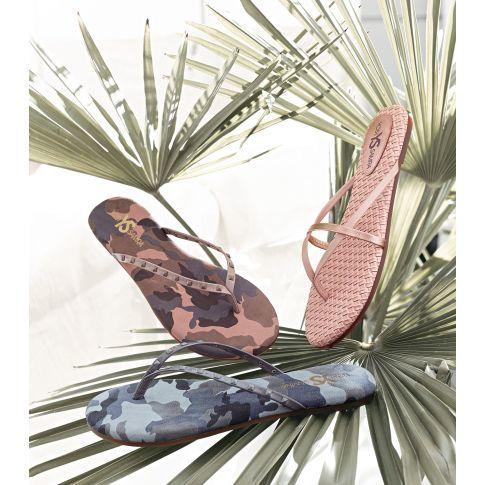 Sexy Summer-Style - süße Zehensandale mit bedruckter Sohle in farbenfroher Camouflage-Optik und tonalem Nietenbesatz auf dem schmalem Lackriemen.