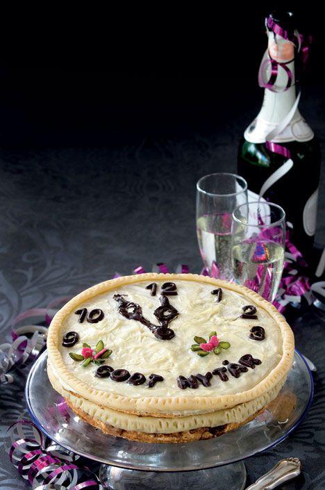 """Server den lækre kage til dessert nytårsaften eller lige omkring klokken 12, når vi ønsker hinanden """"Godt Nytår"""". Giv et glas sød mousserende vin til. Bag gerne kagen dagen før, det bliver den kun bedre af."""