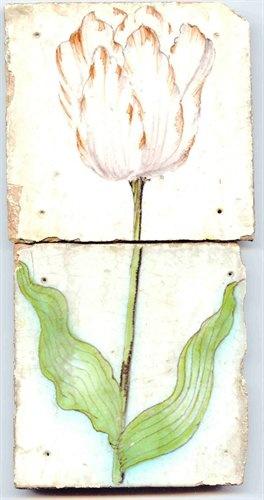 Tableau van 2 aardewerk tegels met tinglazuur, voorstellende een tulp, vermoedelijk gemaakt in Hoorn, ca. 1630-1650 | Nederlands Tegelmuseum Otterlo