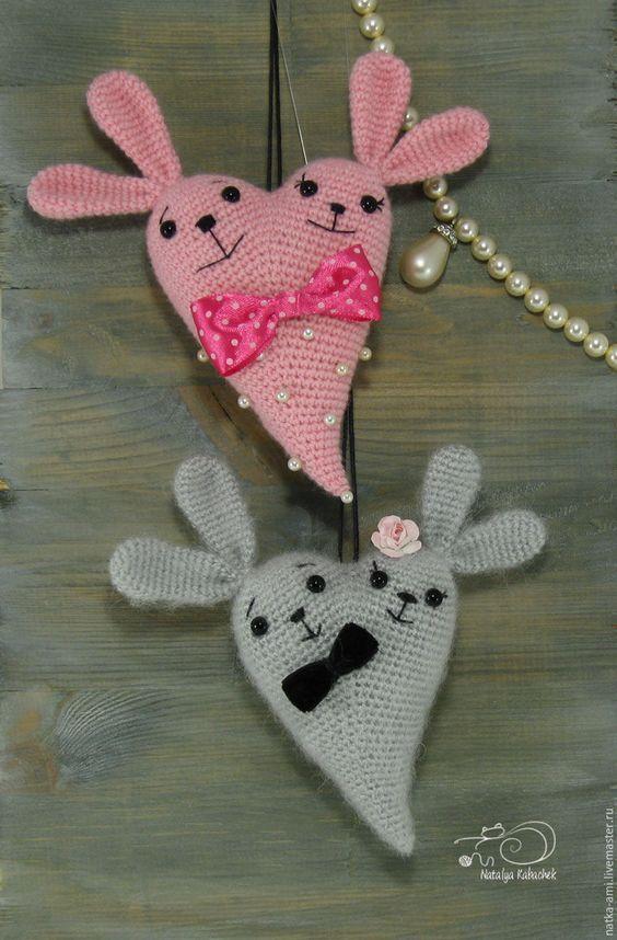 Скоро 14 февраля — день Святого Валентина, день любви и романтики. И так повелось, что символом этого праздника стало сердце. Я предлагаю связать вам для подарка своим любимым и друзьям вот такого Сердешного Заю. Для вязания нам понадобится: - любая пряжа; - немного чёрных ниток для вышивки мордочки (у меня мулине); - крючок подходящего размера; - наполнитель для игрушек; - глазки (…: