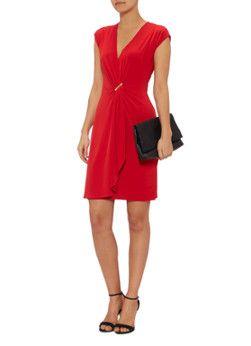 Deze jurk van MICHAEL Michael Kors is uitgevoerd in blikvangend rood. Het jurkje is aan de voorzijde voorzien van een overslag met goudkleurig merkembleem, waardoor het model in verfijnde plooien valt. Het mouwloze ontwerp is daarnaast uitgerust met een V-hals.