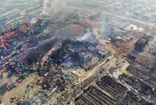 爆発地点には衝撃で100メートル規模の巨大な穴ができた(15日、天津市)=共同