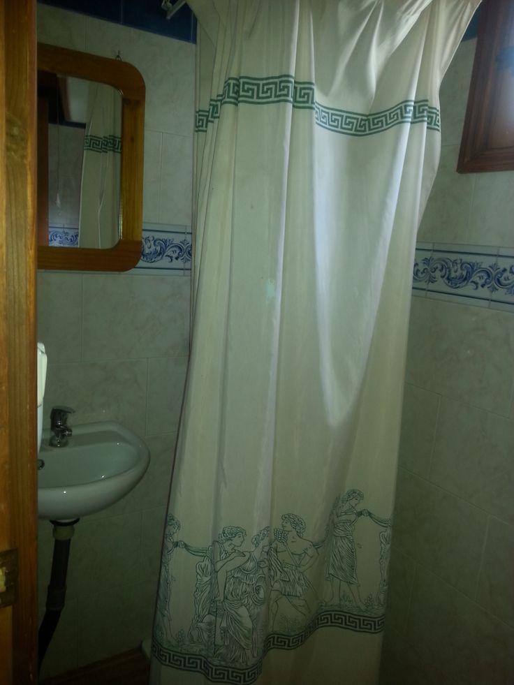 baño con ducha y agua caliente en bungalows.