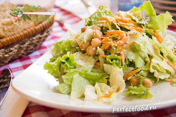 салат с нутом, морковью, огурцами и листьями салата с кунжутной заправкой