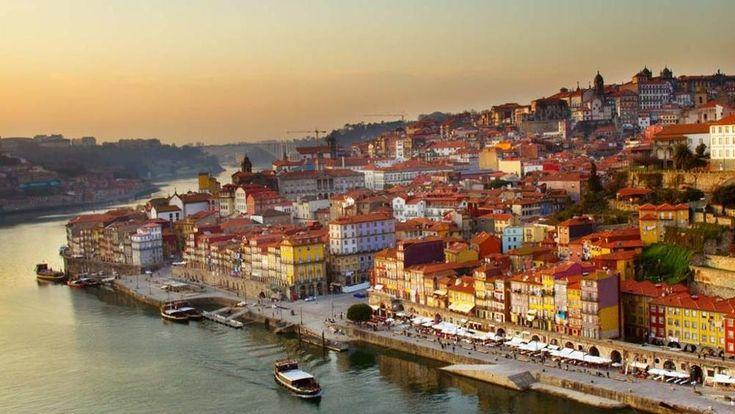 La seconda città portoghese è il posto adatto per un breve viaggio. Piccola, ma ricca di sorprese è, va da sé, la patria del porto, il vino liquoroso prodotto con l'uva della valle del fiume Douro.