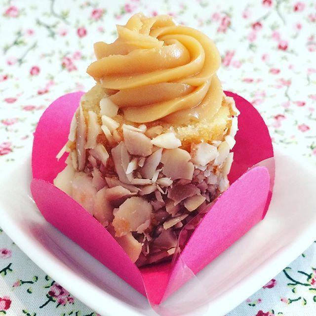 Minha mais nova paixão! Meu baby cake ❤️ fiz para uma amiga, não ficou demais? ➡️massa branca com cobertura de amêndoas lascadas e fru-fru de doce de leite #doces #cake #minibolo #festa #vanessisses