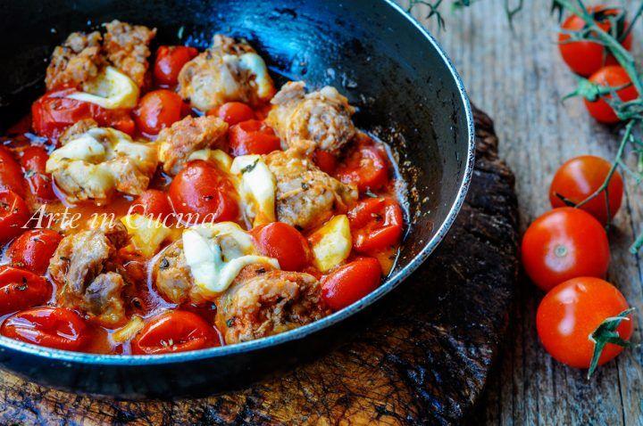 Salsicce alla pizzaiola cotte in padella, ricetta secondo piatto facile e veloce, idea per il pranzo o la cena in poco tempo, ricetta saporita e senza forno