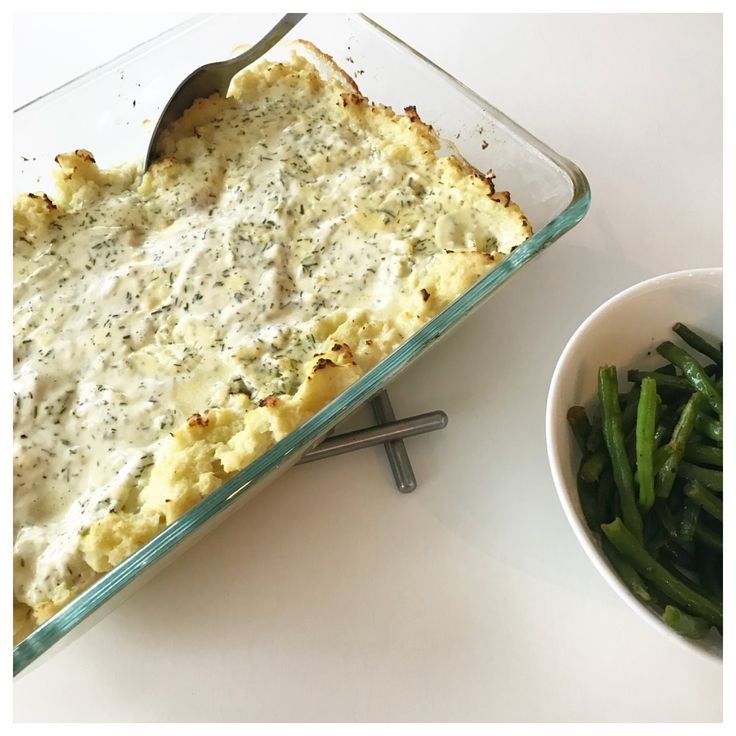 Fiskgratäng lchf recept: 2x400g torsk/fisk 5 dl créme fraîche/kvarg  1 dl grädde  1/2 dl dill fryst 1 tsk citronjuice  S+P 1 blomkål 1 äggula 1/2 dl riven parmesan ost ..  salt och peppar på fisk, i ugn 180* 15min.  Skär blomkål i mindre bitar och koka mjukt i saltat vatten.