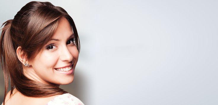 La rinoplastia o cirugía de nariz es un procedimiento quirúrgico que reduce o aumenta su tamaño, mejora su aspecto, repara desvíos del tabique nasal, estrecha la amplitud de los orificios, cambia la forma de la punta o modifica el ángulo entre la nariz y el labio superior.