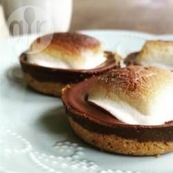S'mores zijn Amerikaanse 'treats' gemaakt van marshmallows, chocola en koekjes en worden op het kampvuur gebakken. Deze versie kun je in de oven maken en kun je dus het hele jaar door van genieten!