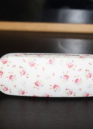 Kupuj mé předměty na #vinted http://www.vinted.cz/doplnky/slunecni-bryle/16263676-bile-pouzdro-na-bryle-s-kvetinami-nove