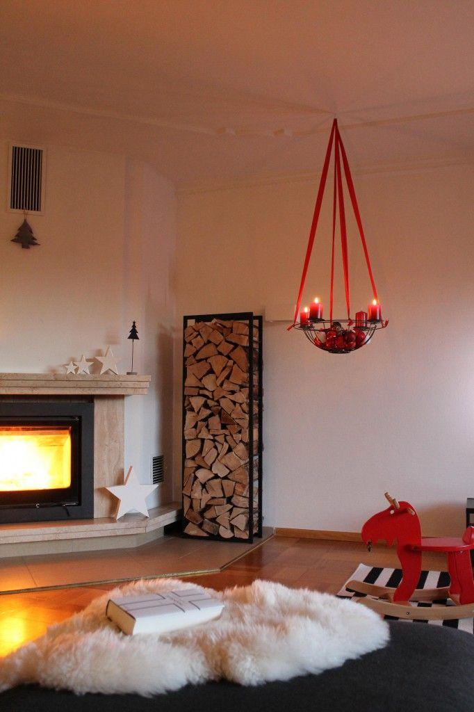 Weihnachten/lesen/Gemütlichkeit/Kamin/Feuer/Adventskranz/Fell/Holz/Kerzen