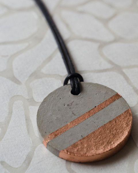 Betonschmuck Anhänger Kupfer mit Lederband von Junikumo auf DaWanda.com