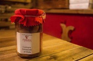 Le Castagne Sciroppate al Miele sono proposte con ingredienti di prima qualità, accuratamente selezionate al fine di offrire un prodotto di grande pregio dal gusto pieno e naturale. Confezione vetro 250 gr.