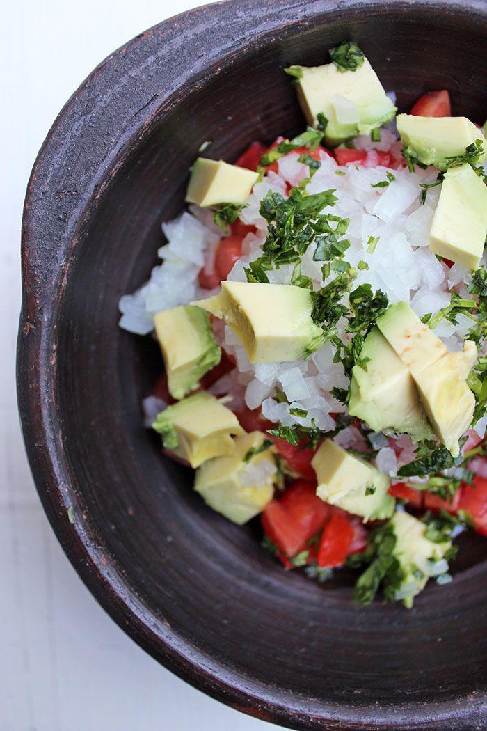 Delicioso y simple Pebre con aguacate, una manera diferente de probar un clásico chileno.