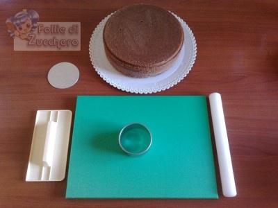 Anzitutto preparate una base di torta a vostra scelta (io ho usato una base margherita al cacao arricchita da nocciole e uvetta). Scegliete la misura delle vostre tortine e la forma: io ho usato una forma circolare di 7cm di diametro.