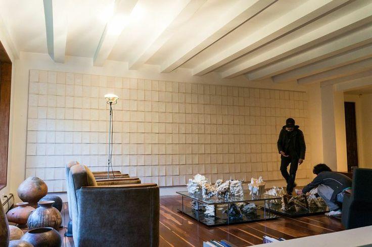 Una cuarta pieza, que ocupa el lugar que dejó libre Muro de familia, estará exhibida de manera privada en el estudio de Lealruiz, pero no por ello podemos dejar de hacernos una imagen mental: en la pared se disponen en una trama regular todas las páginas de Cien años de soledad de Gabriel García Márquez, la monumental saga de una estirpe condenada. | Juan Lealruiz: Árbol Genealógico