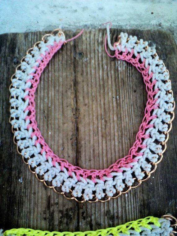 Πλεκτό κολιέ με αλυσίδα σε ροζ λευκό/ Crochet chain by bizeli, €14.00