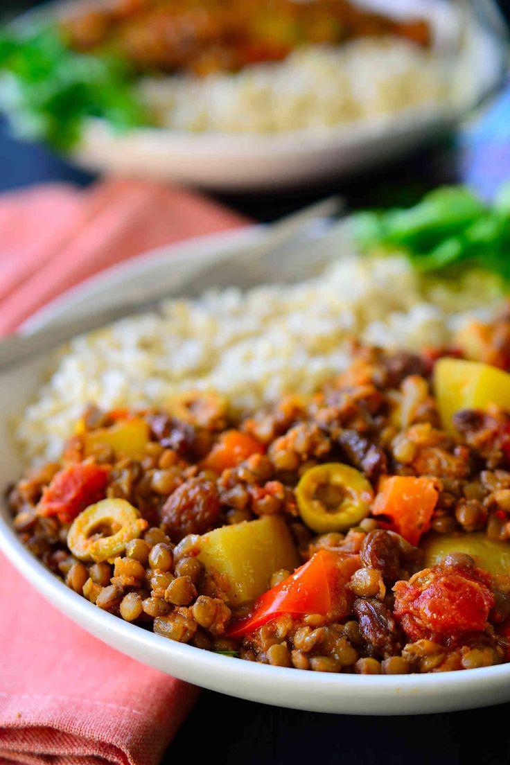 Esta receta de picadillo cubano vegano es un plato multicolor y delicioso a base de lentejas especiadas, patatas, tomates, aceitunas y pasas. Servido con arroz, es fácil y rápido de preparar para una cena de entresemana. Con canela, nuez moscada, clavos y comino, este plato es reconfortante y sustancioso para una tarde fría de invierno.