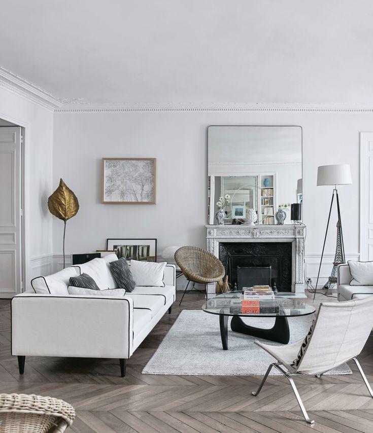 Hvidt marmor, hvide tekstiler, hvide vægge og hvide lamper. Hjemme i Marie De Andreis' lejlighed i Paris er alt hvidt, men stadig hyggeligt.