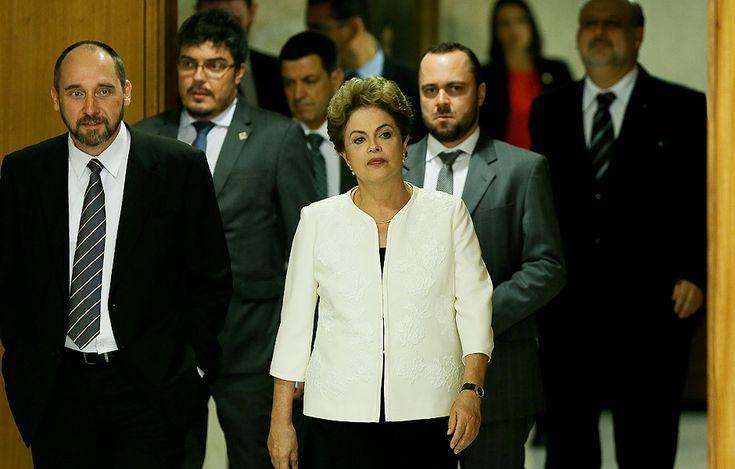 A presidente Dilma Rousseff, ao lado de ministros, momentos antes de fazer pronunciamento sobre acolhimento de pedido de Impeachment contra ela