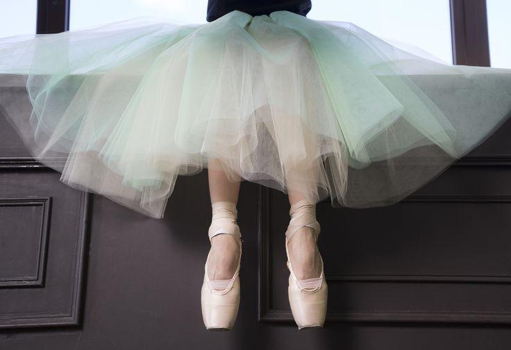 Иногда для хорошего настроения просто достаточно посмотреть на ножки в пунтах и шопенку  Sometimes for a good mood it's just enough to look at the legs in pointeshoes and tulle-skirt  On photo Adelya Nazyrova Photo by Alisa Aslanova  #balletmaniacs #balletwear #tulleskirt #russianballet #balletbeautifulgirls #pointeshoes #fashion #worldwideballet #balletmoods #dancewear