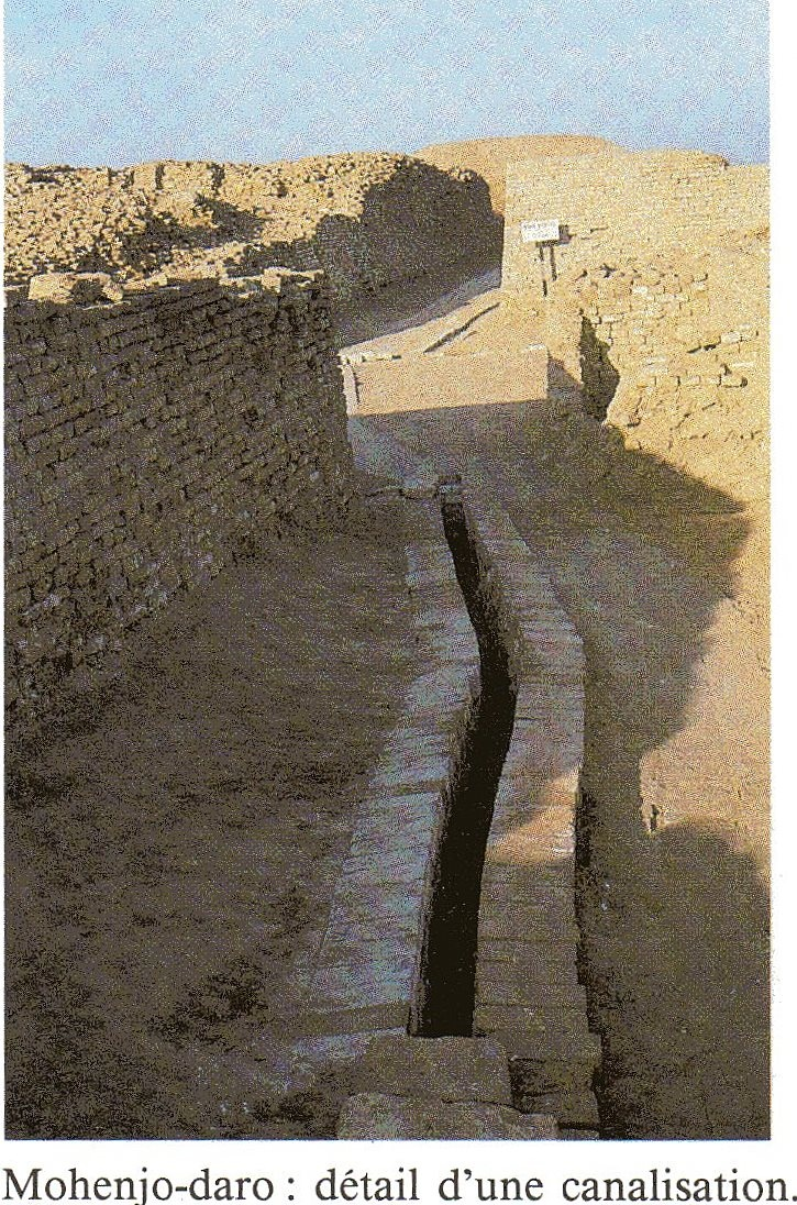 Canalisation - Mohenjo-Daro (3300–1300 BCE; mature period 2600–1900 BCE)