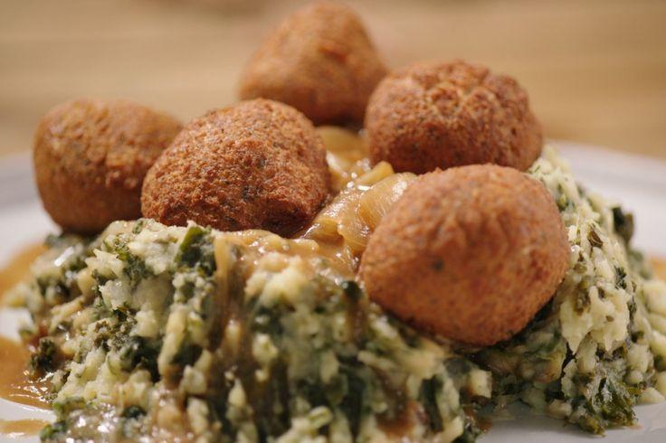 Echte, ouderwetse dagelijkse kost kan ook vegetarisch zijn. Falafel van pompoen bijvoorbeeld met stevige stoemp en uiensaus.