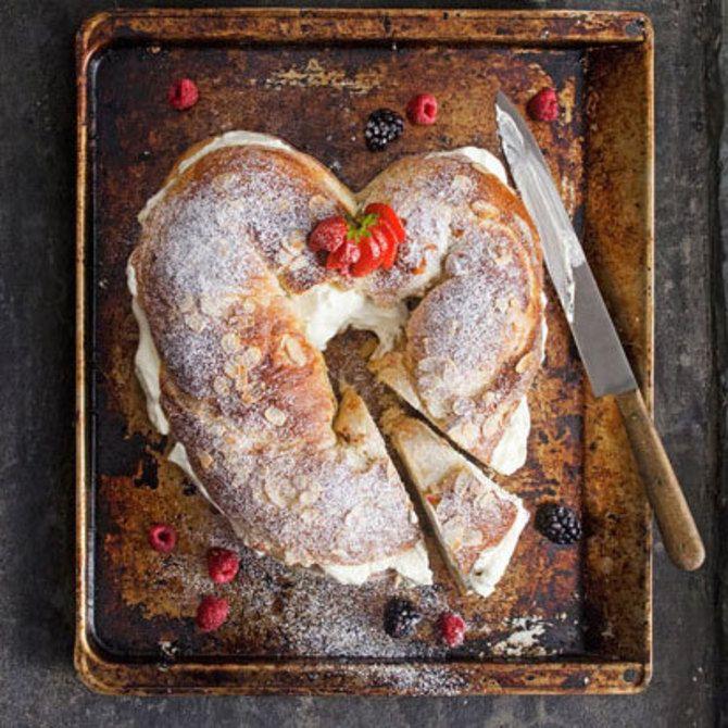 Sydämenmuotoinen mantelikranssi sisältää laskiaispullan rakastetuimmat maut. Manteli on leivottu pullataikinaan. Marjat on hilloamisen sijasta marinoitu ra