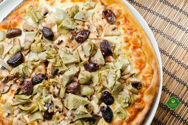 Pizza vegetariană cu măsline Kalamata şi anghinare.