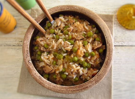 Rice with tuna and peas | Food From Portugal. On days when time is short and you need to quickly prepare a nutritious and tasty meal, this rice recipe with tuna and peas is the perfect solution to success. Try it!!  http://www.foodfromportugal.com/recipe/rice-tuna-peas/