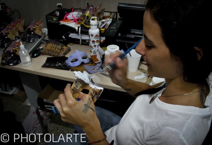 Mónica de Viñetas Creativas terminando las máscaras