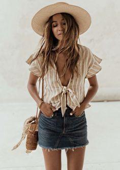 Guita Moda: Trend alert: cropped com nozinho. Blusilha listrada bege, minissaia jeans, bolsa de palha